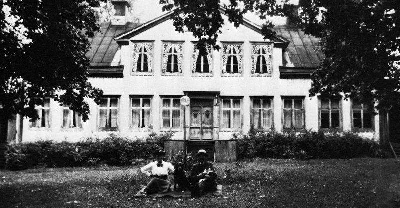 Förman Karlsson med fru framför mangårdbyggnaden