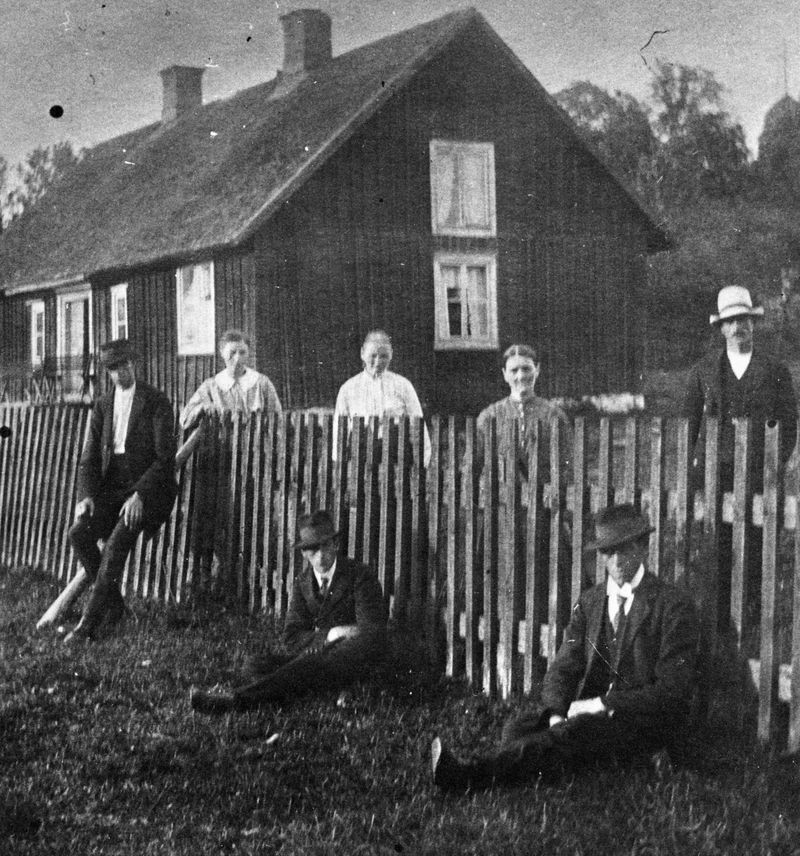"""Näshults gamla prästgård. När den nuvarande prästgården byggdes i slutet av 1800-talet, fick den gamla tjäna som arrendatorsbostad åt """"prästbonden"""", tills den revs nå 1920-talet."""