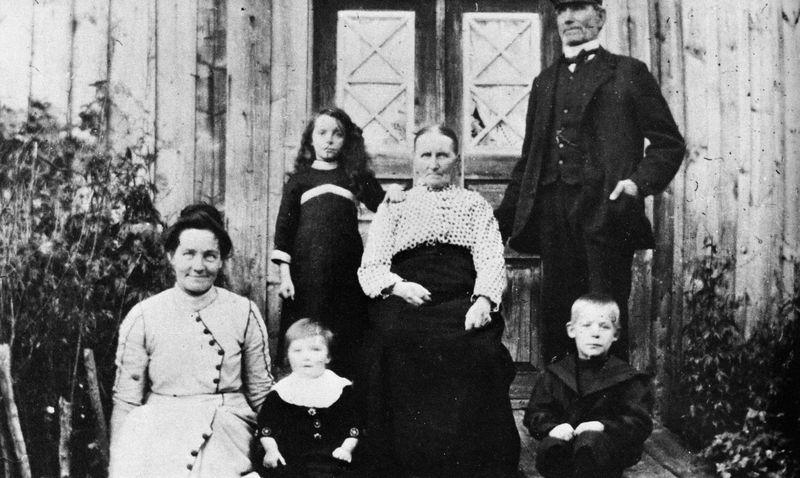 """Torparen, skomakaren m m, Klas Johansson """"Sit"""" med fru, dotter och barnbarn. Österhagen."""