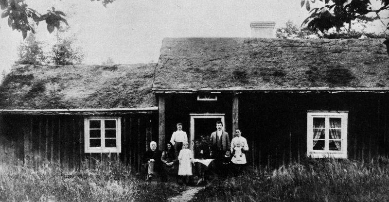 Stenhagen under Prestorp. Skölds poserar framför den fina stugan, som byggdes på 1830-talet. Tillbyggnaden till vänster är med all sannolikhet en senare gjord utbyggnad.