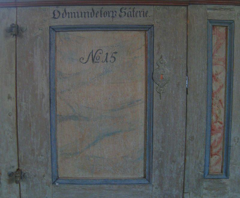 Ödmundetorps låsförsedda bänkdörr.